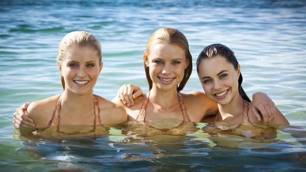 Die Hauptdarsteller von Mako Mermaids v.l.n.r.: Sirena (Amy Ruffles), Lyla ( Lucy Fry) und Nixie (Ivy Latimer). | Rechte: ZDF/Jonathan M. Shiff Prod./Vince Valitutti