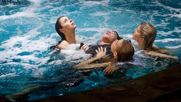 Die Hauptdarsteller von Mako Mermaids v.l.n.r.: Nixie (Ivy Latimer), Lyla (Lucy Fry) und Sirena (Amy Ruffle) mit Zac (Chai Romruen) im Moonpool | Rechte: ZDF/Jonathan M. Shiff Prod./Vince Valitutti