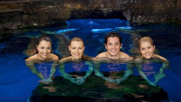 Die Meerjungsfrauen Nixie (Ivy Latimer), Lyla (Lucy Fry) und Sirena (Amy Ruffle) mit dem Meermann Zac (Chai Romruen) | Rechte: ZDF/Jonathan M. Shiff Prod./Vince Valitutti