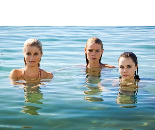 Die Hauptdarsteller von Mako Mermaids v.l.n.r.: Sirena (Amy Ruffle), Nixie (Ivy Latimer), Lyla (Lucy Fry) und Zac (Chai Romruen)   Rechte: ZDF/Jonathan M. Shiff Prod./Vince Valitutti