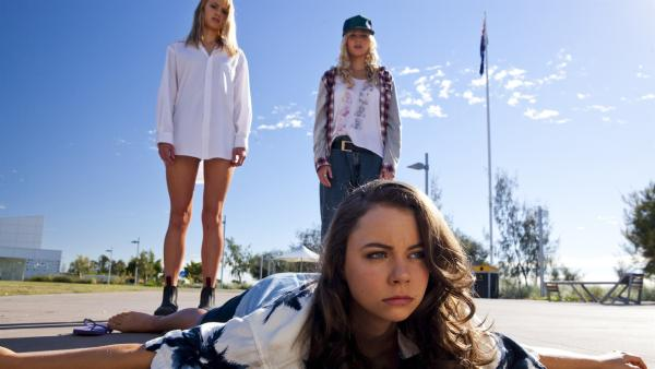 Laufen will gelernt sein. V.l.: Lyla (Lucy Fry), Nixie am Boden (Ivy Latimer) und Sirena (Amy Ruffle).   Rechte: ZDF/Jonathan M. Shiff Prod./Vince Valitutti