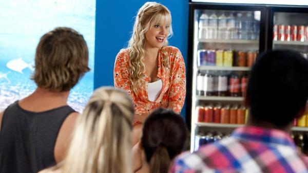 Sirena (Amy Ruffle) singt im Café.   Rechte: ZDF/Jonathan M. Shiff Prod./Vince Valitutti