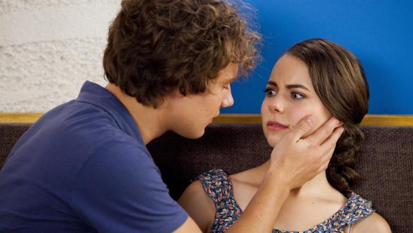 David (Rowan Hills, l.) will Nixie (Ivy Latimer, r.) küssen. Dank eines Zaubers ist er seit neuestem in sie verliebt.   Rechte: ZDF/Jonathan M. Shiff Prod./Vince Valitutti