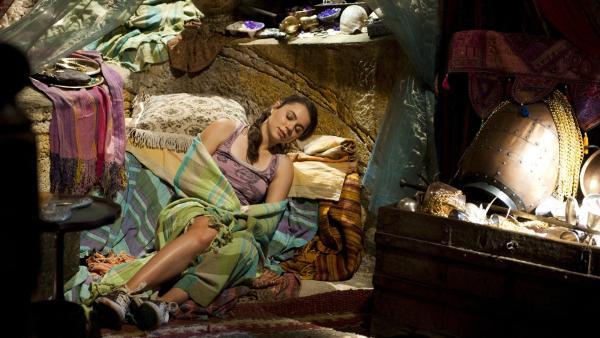 Nixie (Ivy Latimer) schläft in Ritas Grotte, statt im Mondsee. Sie hat sich mit Lyla und Sirena gestritten.   Rechte: ZDF/Jonathan M. Shiff Prod./Mark Taylor
