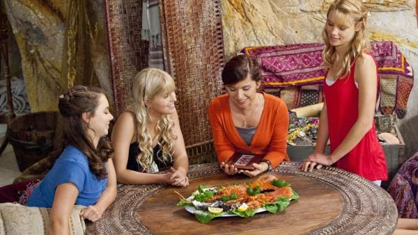 Nixie (Ivy Latimer, li.), Sirena (Amy Ruffle, 2.v.li.) und Lyla (Lucy Fry, re.) freuen sich, dass Rita (Kerith Atkinson (2.v.re.) ihr Geschenk gefällt.   Rechte: ZDF/Jonathan M. Shiff Prod./Vince Valitutti