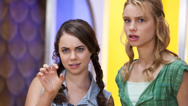 Nixie (Ivy Latimer, li.) und Lyla (Lucy Fry, re.) beeinflussen Sirena's (Amy Ruffle) Stimme mit ihren Kräften. Sie wollen nicht, dass Sirena im Café Ocean auftritt.   Rechte: ZDF/Jonathan M. Shiff Prod./Vince Valitutti