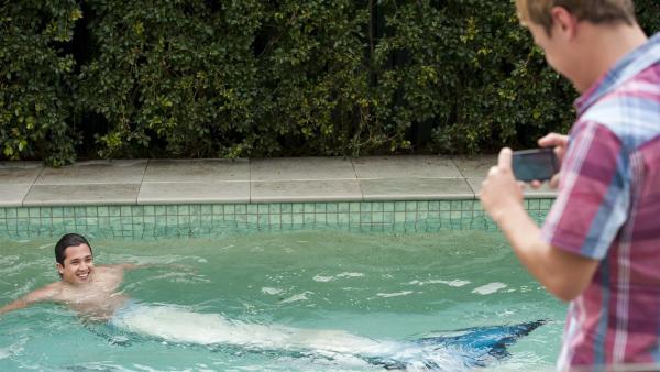 Zac (Chai Romruen) schwimmt als Meermann im heimischen Pool und Cam (Dominic Deutscher) filmt ihn dabei.   Rechte: ZDF/Jonathan M. Shiff Prod./Vince Valitutti