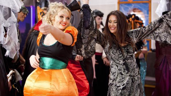 Carly (Brooke Lee, li.) und Evie (Gemma Forsyth, re.) bei der Halloween-Party im Ocean Café. | Rechte: ZDF/Jonathan M. Shiff Prod./Vince valitutti