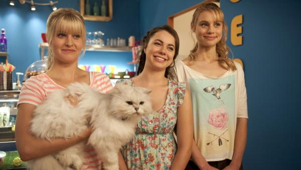Sirena (Amy Ruffle), Nixie (Ivy Latimer) und Lyla (Lucy Fry, v.li.n.re.) sind glücklich. Sie haben Ritas (Kerith Atkinson) Kater Poseidon wieder! | Rechte: ZDF/Jonathan M. Shiff Prod./Mark Taylor