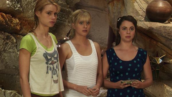 Lyla (Lucy Fry), Sirena (Amy Ruffle) und Nixie (Ivy Latimer, v.li.n.re.) bitten Rita (Kerith Atkinson) darum, die Mondringe benutzen zu dürfen. | Rechte: ZDF/Jonathan M. Shiff Prod./Vince Valitutti