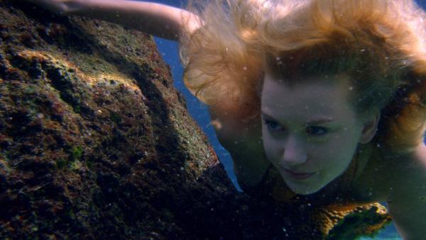 Ondina (Isabel Durant) verfolgt Meermann Zac unter Wasser. | Rechte: ZDF/Jonathan M. Shiff Prod./Vince Valitutti