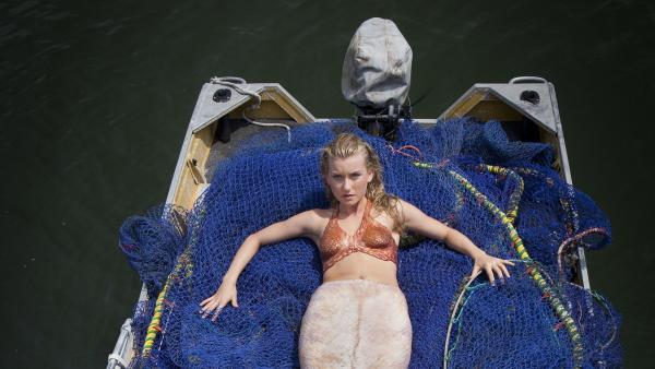 Ondina (Isabel Durant) hat sich vor den Augen von Erik (Alex Cubis) in eine Meerjungfrau verwandelt. Wird er ihr Geheimnis bewahren? | Rechte: ZDF/Jonathan M. Shiff Prod./Vince Valitutti