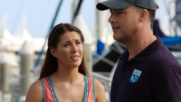Evie (Gemma Forsyth) bittet ihren Vater Doug (Steve Harman), nicht mehr zur Insel Mako hinauszufahren. | Rechte: ZDF/Jonathan M. Shiff Prod./Vince Valitutti