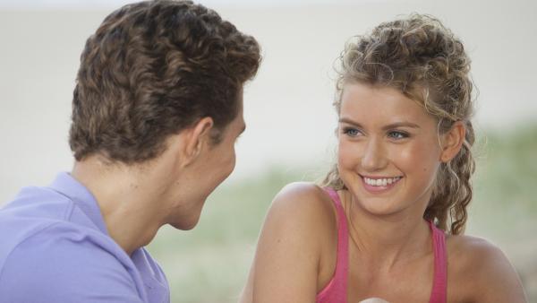 Erik (Alex Cubis) und Ondina (Isabel Durant) verbringen viel Zeit miteinander. | Rechte: ZDF/Jonathan M. Shiff Prod./Vince Valitutti