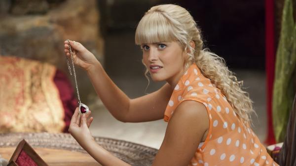 Sirena (Amy Ruffle) hält Ritas Kette mit dem wertvollen Anhänger in der Hand. Erst war sie verschwunden, nun liegt sie plötzlich  wieder an ihrem Platz.   Rechte: ZDF/Jonathan M. Shiff Prod./Vince Valitutti