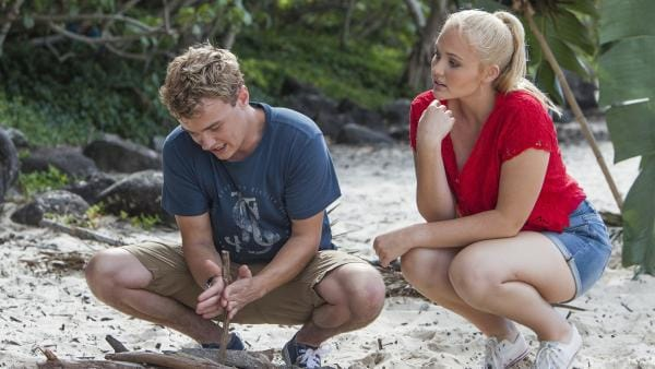 Cam (Dominic Deutscher) versucht, ein Feuer zu entfachen. Er wollte mit Carly (Brooke Lee) einen romantischen Bootsausflug machen und nun sind sie auf der Insel Mako gestrandet. Sie müssen warten, bis jemand an Land ihr Fehlen bemerkt. | Rechte: ZDF/Jonathan M. Shiff Prod./Vince Valitutti