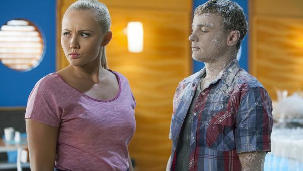 Carly (Brooke Lee) kann es nicht glauben, als sie den eingefrorenen Cam (Dominic Deutscher) erblickt. Wie ist das passiert? | Rechte: ZDF/Jonathan M. Shiff Prod./Vince Valitutti