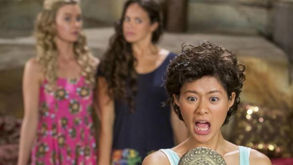 Weilan (Linda Ngo, vorne) ist total schockiert. Was ist mit ihren schönen langen Haaren passiert? Ondina (Isabel Durant, li.) und Mimmi (Allie Bertram, re.) sind ebenfalls ratlos. | Rechte: ZDF/Jonathan M. Shiff Prod./Vince Valitutti