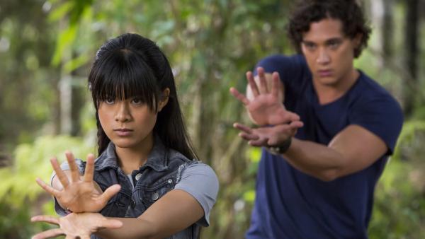 Weilan (Linda Ngo, li.) versucht Zac (Chai Romruen, re.) eine ihrer Techniken beizubringen. | Rechte: ZDF/Jonathan M. Shiff Prod./Vince Valitutti