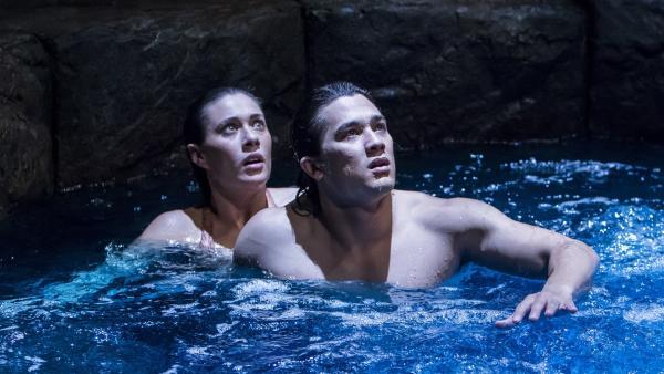 Evie (Gemma Forsyth, li.) ist Zac (Chai Romruen, re.) in den Mondsee gefolgt. Dort werden die beiden von einem Wasserdrachen angegriffen. | Rechte: ZDF/Jonathan M. Shiff Prod./Vince Valitutti