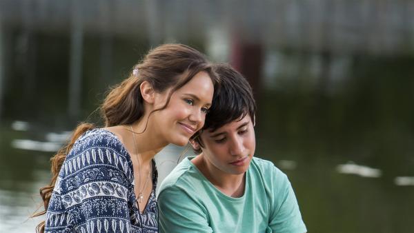 Mimmi (Allie Bertram, li.) tröstet den jungen Zac (Dylan Stipanicic, re.), der sich gerade fürchterlich blamiert hat. | Rechte: ZDF/Jonathan M. Shiff Prod./Vince Valitutti
