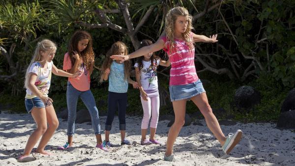 Ondina (Isabel Durant, re.) gibt jungen Meerjungfrauen Unterricht an Land. Die Schülerinnen stehen das erste Mal in ihrem Leben auf Beinen.   Rechte: ZDF/Jonathan M. Shiff Prod./Vince Valitutti