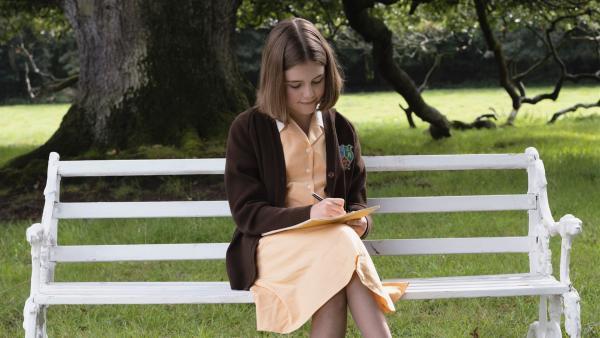 Darrell Rivers (Ella Bright) schreibt einen Brief an ihre Eltern. Es ist Darrells erster Tag am neuen Mädchen-Internat Malory Towers und sie möchte ihre Eindrücke mit ihrer Familie teilen. | Rechte: ZDF/2020 DHX – Malory Productions Inc./Queen Bert Productions
