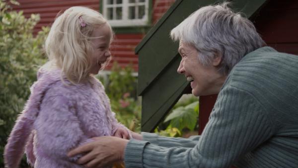 Weil Oma heute nicht gleich zur Haustür kommt, nutzt Mara die Gelegenheit, sich vor der Großmutter zu verstecken und sie ein bisschen an der Nase herumzuführen. Doch Oma entdeckt das kleine Häschen. | Rechte: KiKA