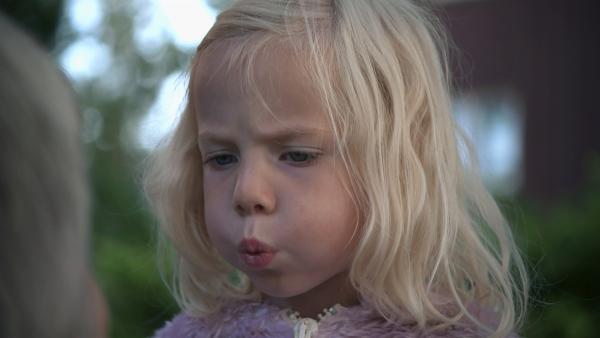 Mara will auch gern pfeifen können wie ihre Oma. | Rechte: KiKA/NRK