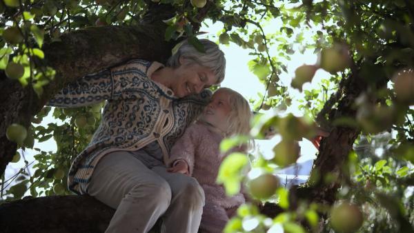 Oma klettert einfach zu Mara auf den Apfelbaum. | Rechte: KiKA