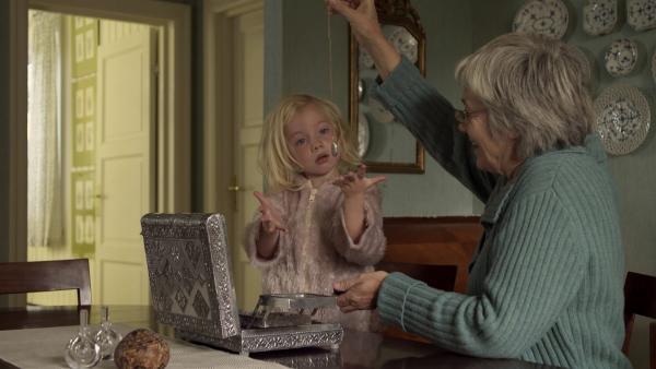 Oma findet in ihrem alten Schmuckkästchen eine schöne Anhänger-Kette. | Rechte: KiKA