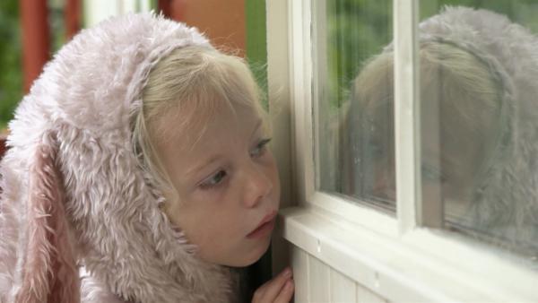 Weil Oma heute nicht gleich zur Haustür kommt, nutzt Mara die Gelegenheit, sich vor der Großmutter zu verstecken. | Rechte: KiKA