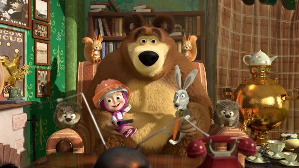 Mascha lebt mitten im Wald. Ihr einziger Nachbar ist ein Bär, der unweit in einer Hütte mitten im Wald lebt und eigentlich gerne seine Ruhe hätte. Zu seinem großen Unglück kommt ihn die kleine, süße aber nervtötende Mascha jeden Tag besuchen und sorgt dafür, dass es dem Bären nicht zu langweilig wird. | Rechte: KiKA/Animaccord Animation Studio