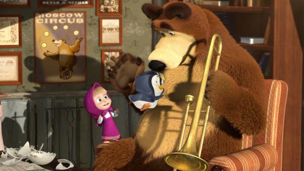 Mascha findet ein Pinguin-Ei. Nachdem der Pinguin geschlüpft ist, stellen Mascha und der Bär schnell fest, dass es in ihrer Gegend viel zu heiß für das Tier ist. | Rechte: KiKA/Animaccord Animation Studio