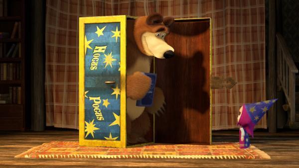 Es regnet in Strömen. Der Bär will lesen, Mascha will spielen. Da gibt der Bär Mascha einen Zauberkasten. | Rechte: KiKA/Animaccord Animation Studio