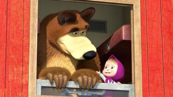 Mascha möchte zusammen mit dem Bären ihren Freunden aus dem Zug zuwinken. | Rechte: KiKA/2014-2015 Animaccord Ltd.