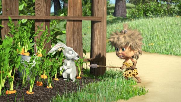 Der Hase ist verwundert über Steinzeit-Mascha.    Rechte: KiKA/2014-2015 Animaccord Ltd.