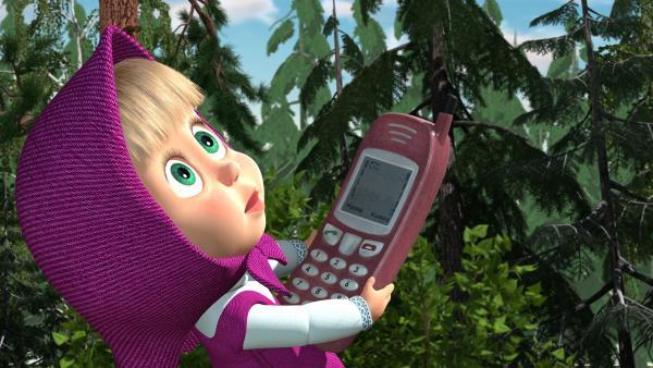 Der Bar hat Mascha ein Telefon für den Notfall gegeben. | Rechte: KiKA/Masha and the Bear Limited