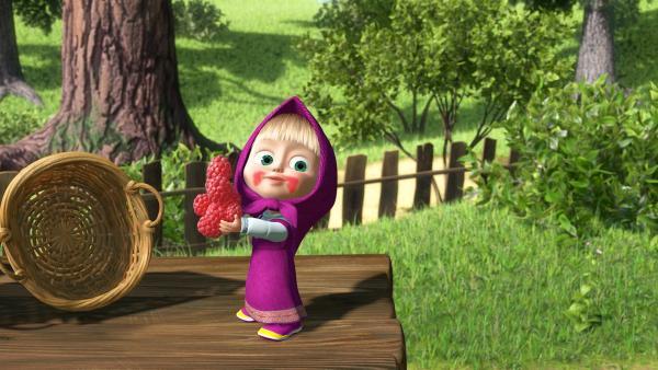 Mascha möchte sich alle Beeren auf einmal in den Mund stecken.  | Rechte: KiKA/Masha and the Bear Limited