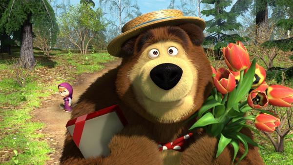 Mascha wundert sich, wen der Bär mit Schokolade und Blumen überraschen möchte. | Rechte: KiKA/Masha and the Bear Limited