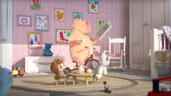 Das Schwein genießt die Mascha-freie-Zeit und kann entspannt in ihrem Zimmer all ihre Sachen nutzen.   Rechte: KiKA/Animaccord LTD