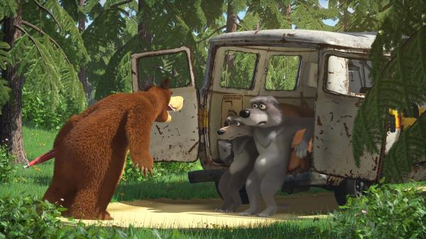 Der Bär lacht die Wölfe aus, denn ihr Wagen ist völlig hinüber. | Rechte: KiKA/Animaccord LTD