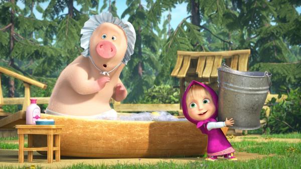 Mascha badet das Schweinchen.  | Rechte: KiKA/Animaccord LTD