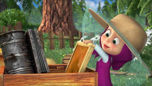 Mascha will dem Bären helfen Honig zu machen. | Rechte: KiKA/Animaccord Animation Studio