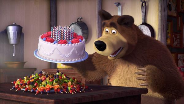 Der Bär freut sich über seine Geburtstagstorte und Obstspieße. | Rechte: KiKA/Animaccord Animation Studio