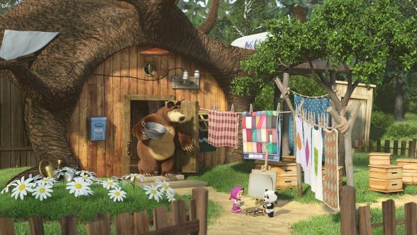 Der Bär schaut aus dem Haus zu Mascha und dem Panda, die gerade die Farben lernen.   Rechte: Animaccord Animation Studio