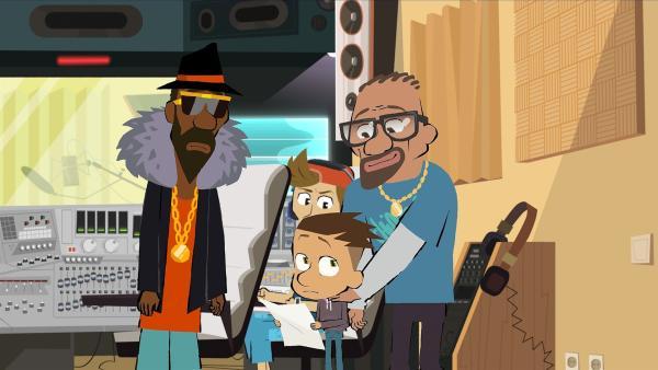 Wesley (r.) hofft auf den Erfolg seines Sohnes Max im Tonstudio von MC Sonaar (l.) Im Hintergrund steht der Tonmeister. | Rechte: hr/Monello Productions - MP1