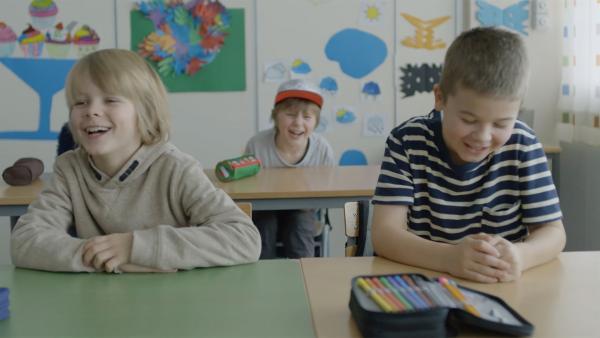 Sander (Leon Rørtveit Sølland, li.) sitzt als neuer Schüler in der Klasse neben Marlon (Martin Evensen, re.) und Hugo (Petter Mortensen) allein in der Reihe hinter ihnen. | Rechte: WDR/NRK Super/Beta Film GmbH