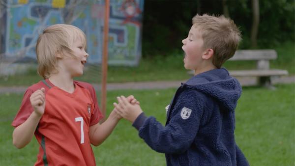 Marlon (Martin Evensen, re.) ist unheimlich von Sanders (Leon Rørtveit Sølland, li.) Fußballtricks beeindruckt. | Rechte: WDR/NRK Super/Beta Film GmbH