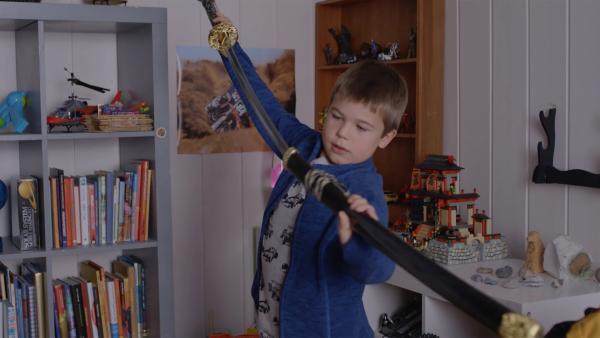 Marlon (Martin Evensen) möchte sein Samuraischwert mit in die Schule nehmen.   | Rechte: WDR/NRK Super/Beta Film GmbH